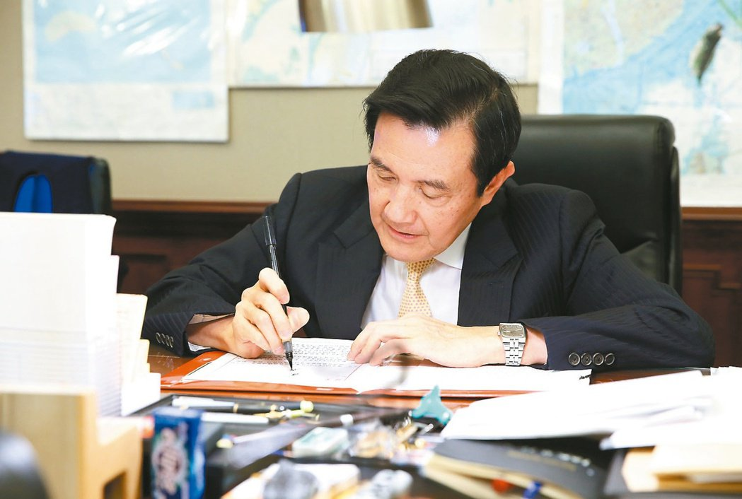 前總統馬英九習慣用毛筆批公文。圖/聯合報系資料照片