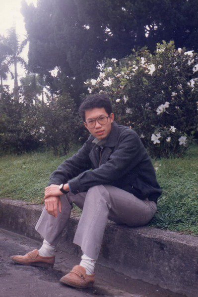 桃園市長鄭文燦舊照,被封為桃園盧廣仲。圖/翻攝自臉書粉專《貓與邪佞的手指》