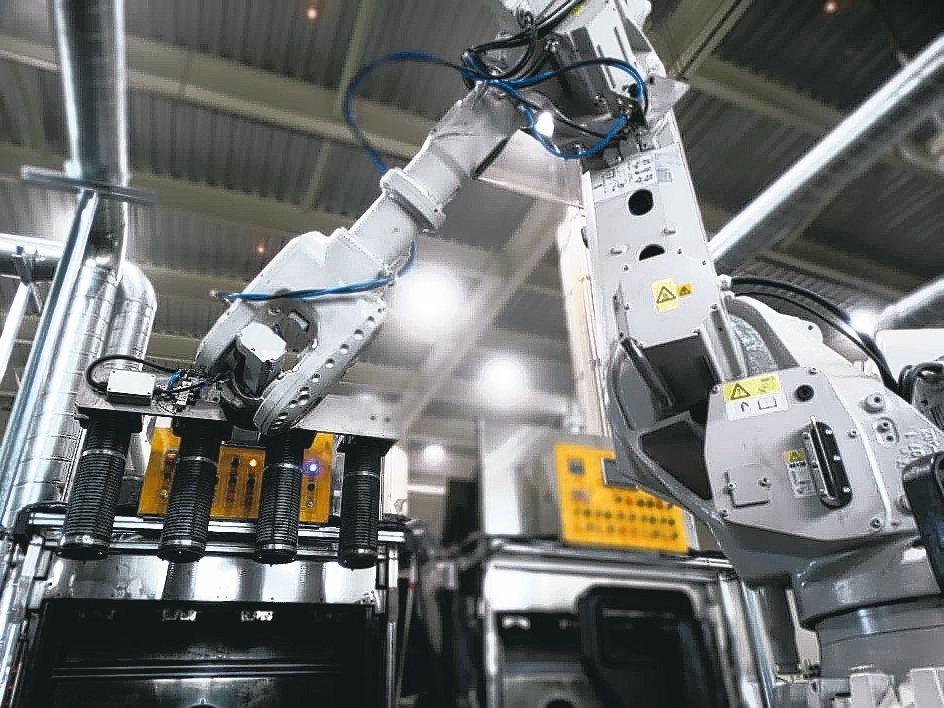 隨著產能增加,鈺祥企業引進自動化機械手臂。 鈺祥企業/提供