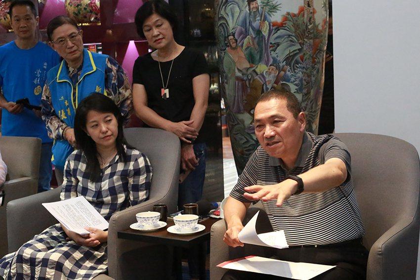新北市長侯友宜(右)18日到鶯歌區參訪臺華公司。 臺華公司/提供