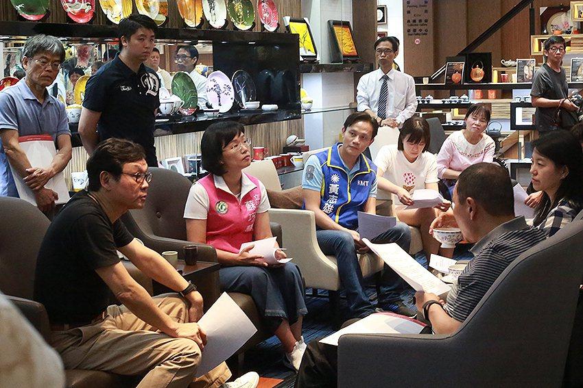 臺華公司董事長也是市政顧問的呂兆炘(左),向新北市長侯友宜提出鶯歌文化發展建言。...