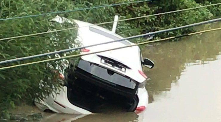 領車不到3小時,百萬豪車瑪莎拉蒂「扎」進了魚塘。 圖/翻攝自澎湃新聞