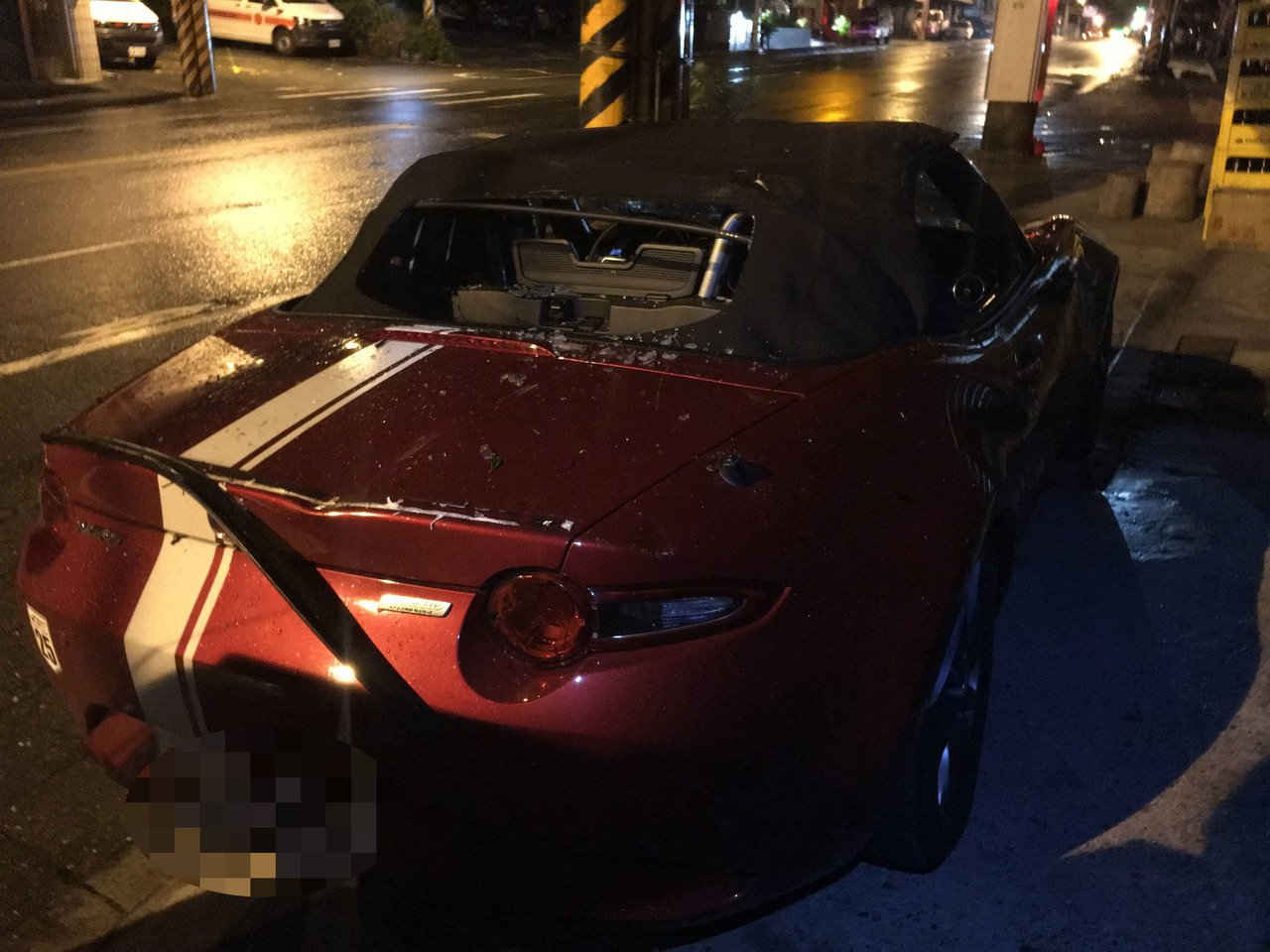 蘇花公路134.3公里18日深夜11時許一棵路樹突然倒塌,不偏不倚砸中一輛紅色敞...