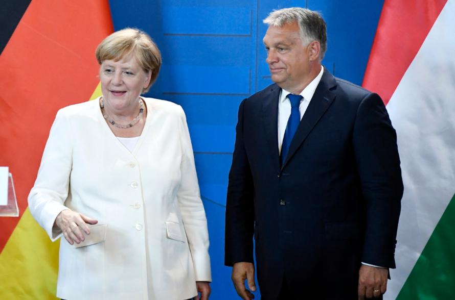 德國總理梅克爾(圖左)今天出席匈牙利「泛歐野餐」30週年紀念活動,並在發表談話時...