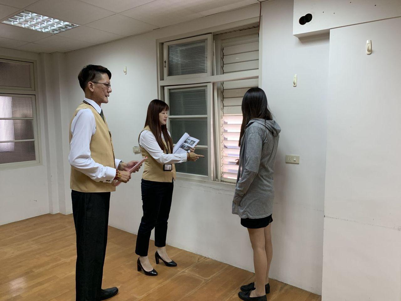 房仲帶客戶看房時,悉心解答各項細節。(圖/黃健誠攝)