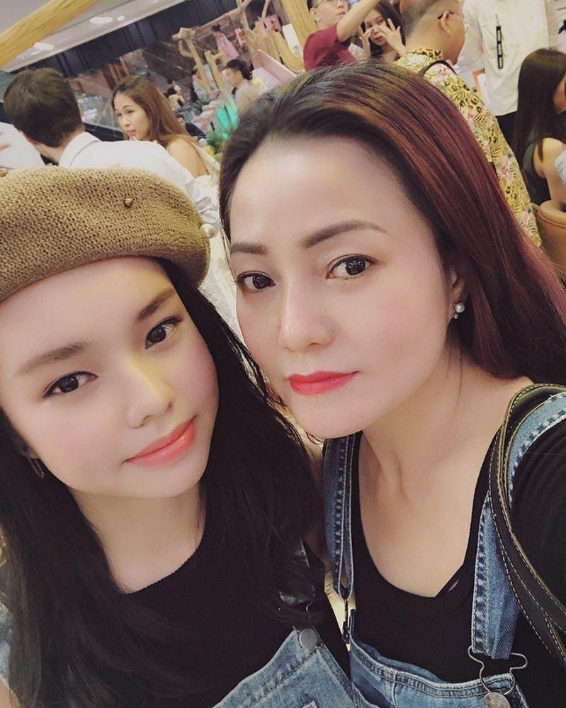 阮芳茶媚母親(右)表示全力支持女兒演出《落紅》,希望觀眾不要放錯重點。圖擷自阮芳...