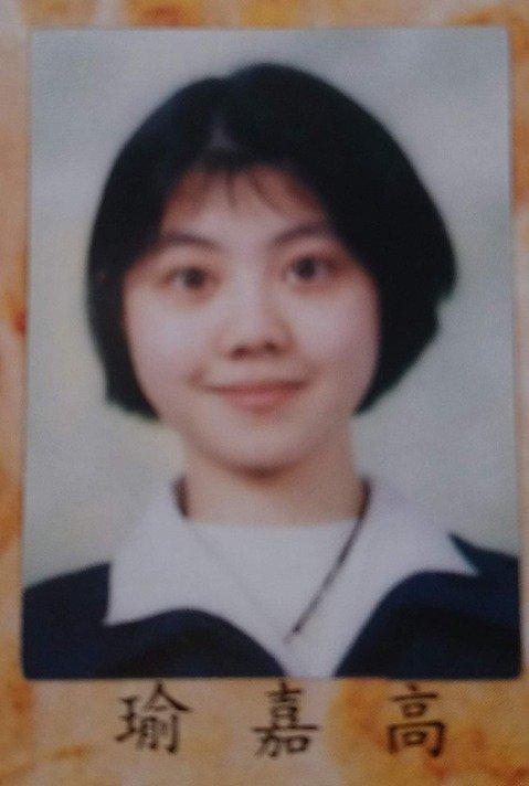 她的國中同學在文章底下留言,Po高嘉瑜國中畢業照。圖擷自facebook