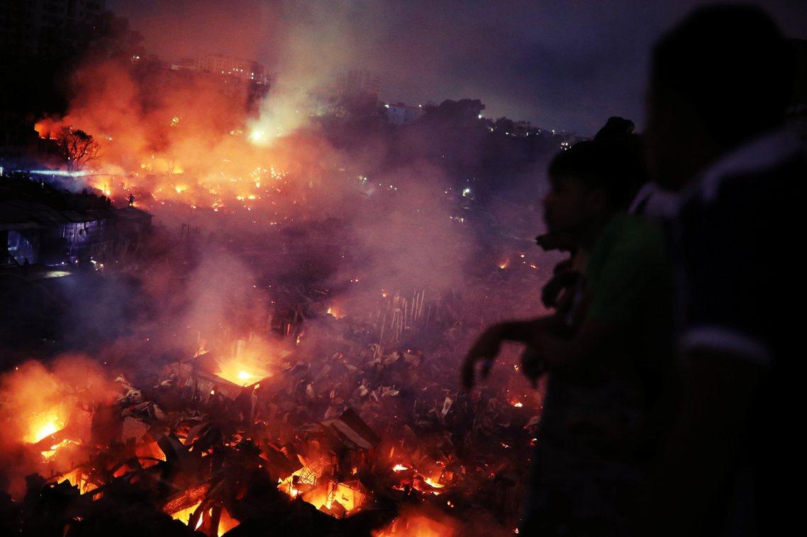 這場貧民窟火災發生在孟加拉首都的查蘭提卡,當地一處擁擠的貧民窟住宅區,16日晚間...