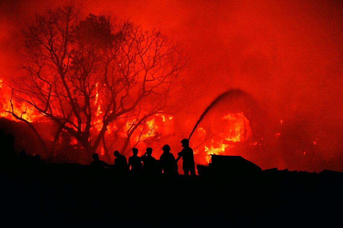 2,000棟鐵皮屋被燒毀,警消前後出動了125名消防員、歷時6個小時才將火勢撲滅...