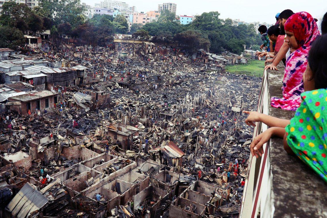 貧民窟中擁擠密集的鐵皮屋群、堆放雜物與垃圾的環境,也是貧民窟火災一發不可收拾的因...