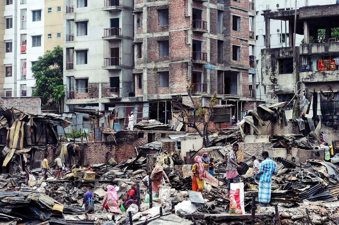直到18日,仍有不少受災戶重返滿目瘡痍的住家附近,嘗試從災後灰燼裡尋找還堪用或能...