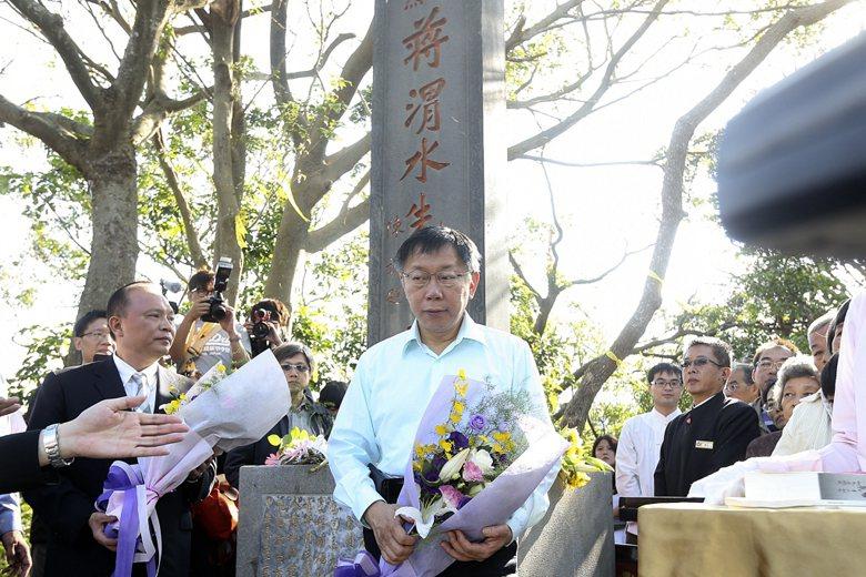 2015年,蔣渭水歸葬宜蘭,台北市長柯文哲前往獻花致意。 圖/聯合報系資料照