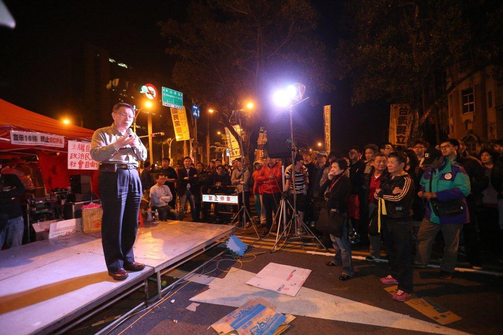 2014年,太陽花運動期間,當時台北市長參選人柯文哲到場為學生加油打氣。 圖/聯合報系資料照
