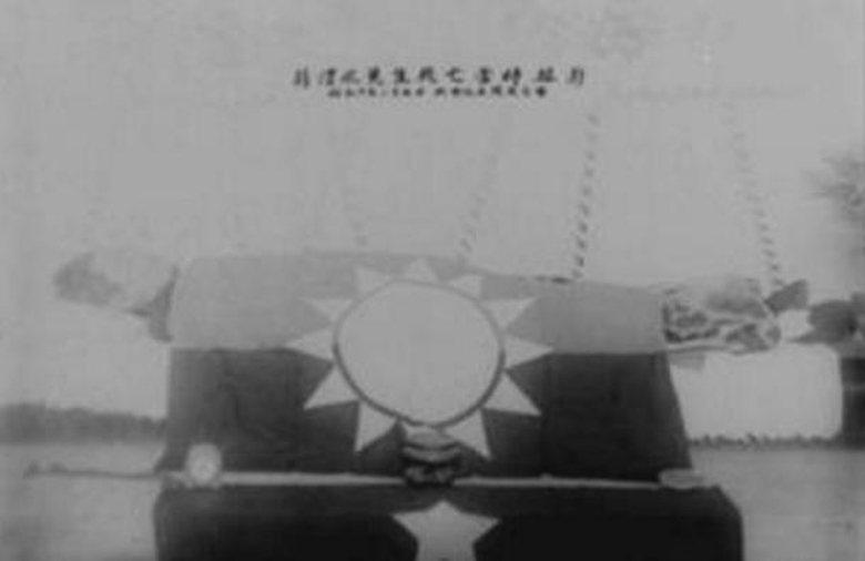 蔣渭水逝世後,以台灣民眾黨黨旗覆蓋大體。 圖/維基共享