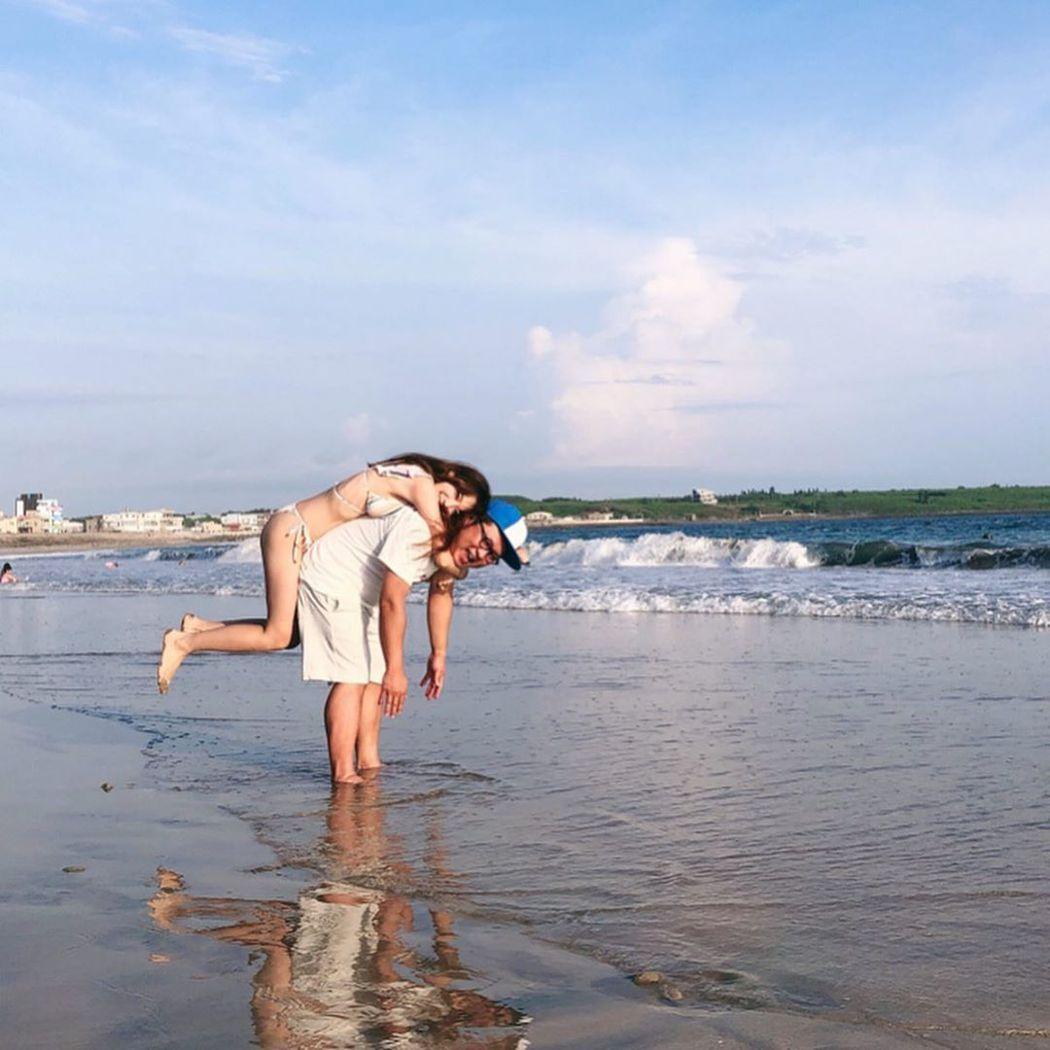 依依與納豆海邊放閃。圖/擷自Instagram