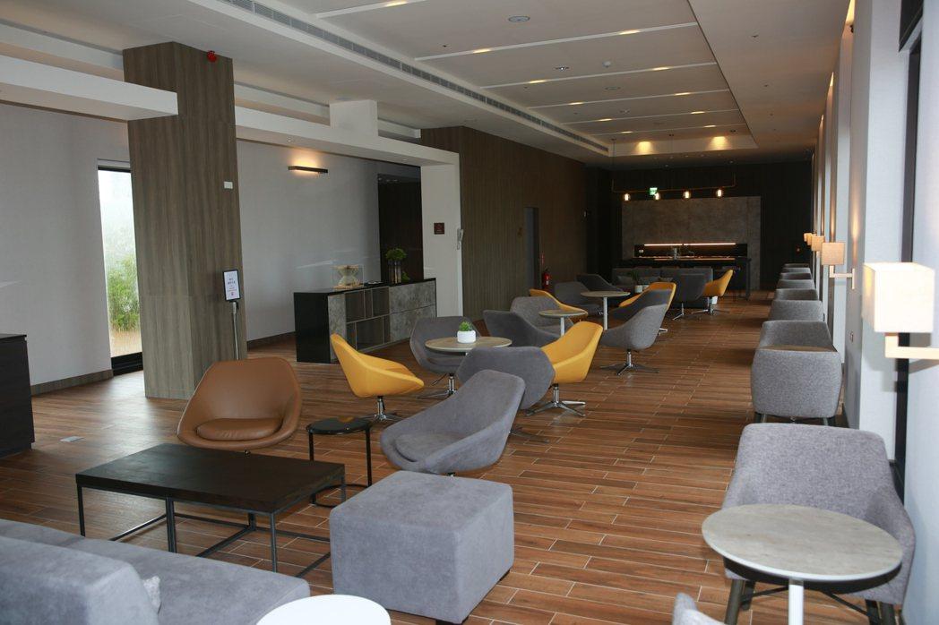 台南館內商務會員交誼廳設有多元會議空間,給外出洽公全方位服務。 張傑/攝影