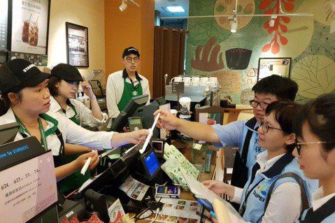 星巴克全國門市也都改用就口杯及紙吸管,領先其它連鎖飲料集團。 圖/報系資料照