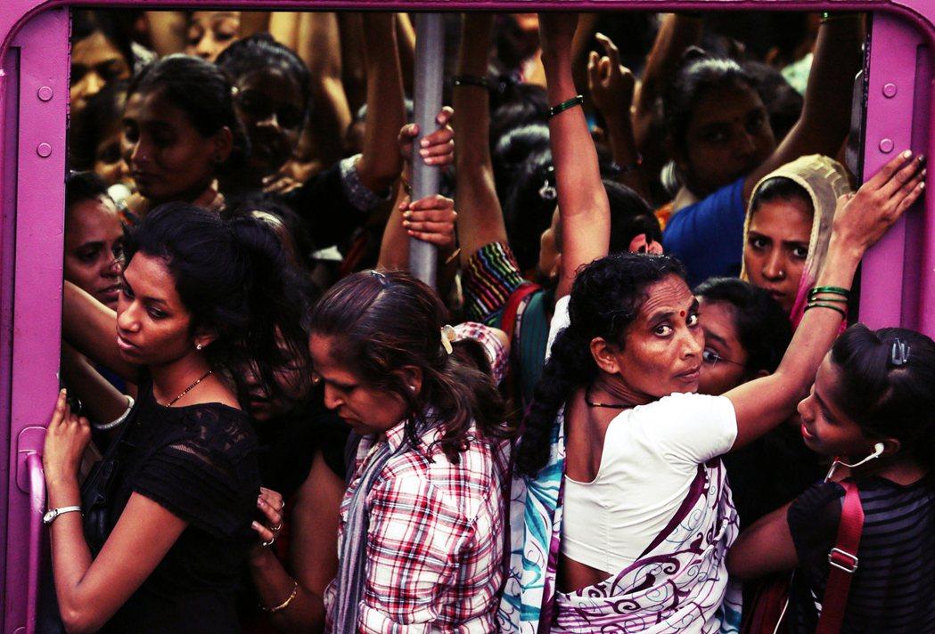 印度人口預計在下個十年超過中國人口,總人口也將在未來40年內達到巔峰。印度若要超...