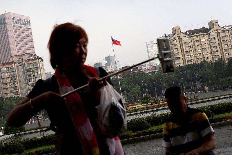 經濟是中共對台灣的政治工具,台灣必須儘量減低中國各種經濟桎梏之影響。 圖/路透社