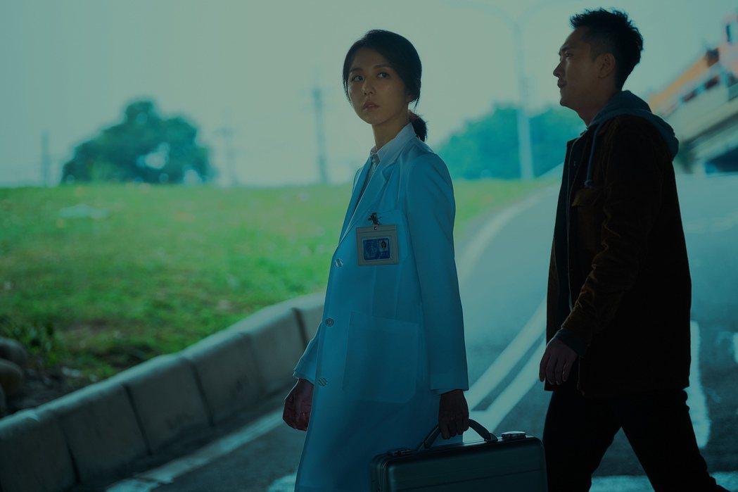 邵雨薇與施名帥演出限制級驚悚片「緝魔」。圖/華映提供