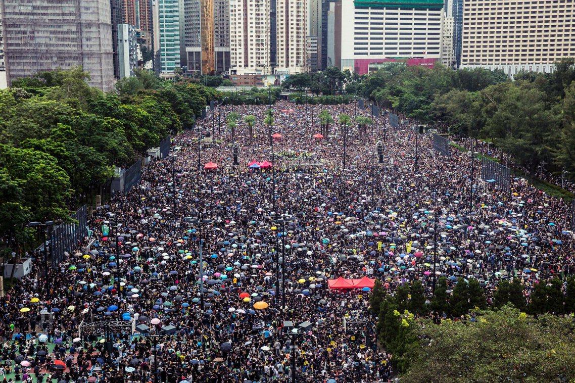 香港反送中抗爭18日再度於維園集會遊行,主辦的民陣統計參加人數約有170萬,雖然...