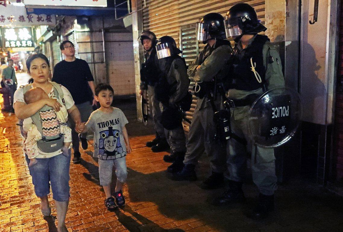 警方有事前放出消息:只要「示威者沒有暴力,警方就不會動武清場」。相反的,在活動和...