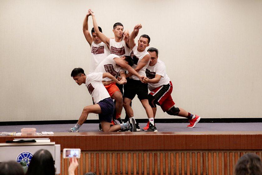 「阿棲睞」在排灣族語代表「滾動的石頭」;舞者手牽手演出,挑戰每一次的舞蹈極致。...