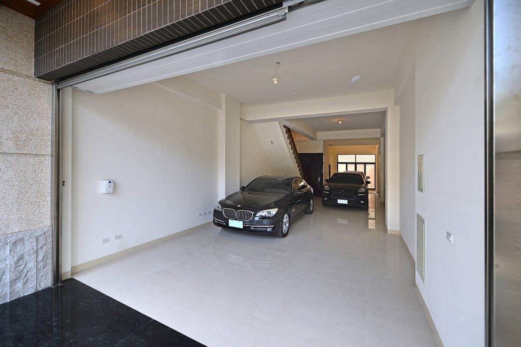 一樓即使停三部車,空間還是很寬闊。圖片提供/得邑建設