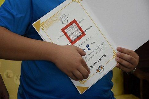 沈彥霖同學摸讀點字獎狀感謝國父紀念館。 國父紀念館/提供