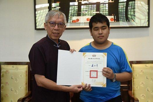 國父紀念館館長梁永斐(左)頒發點字獎狀給視障生沈彥霖同學。  國父紀念館/提供