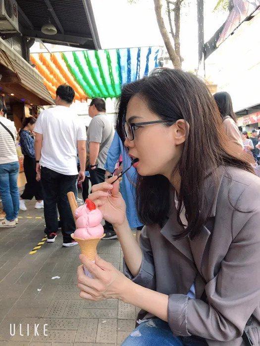 原PO偷拍媽媽吃冰淇淋時的照片。圖擷自Dcard