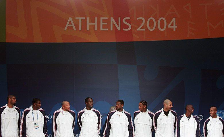 2004年雅典奧運美國男籃代表隊當時也算是眾星雲集,但竟然被打得灰頭土臉,震驚世...