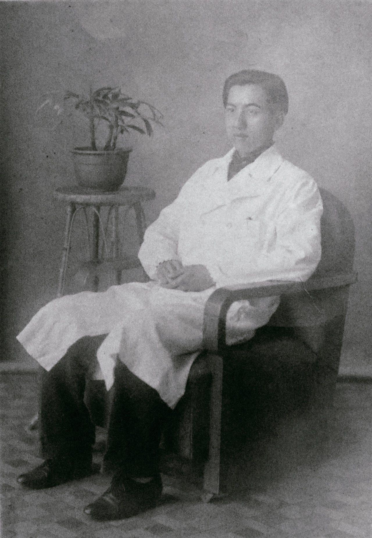 1944年6月,蘇百齡將他穿著白袍的照片連同頭髮一起寄出。這件白袍是二嫂在新竹做...