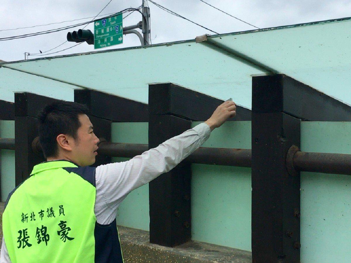 金山區台二線中角灣路段有一處公廁驚傳偷窺案件,市議員張錦豪督促警方巡邏,以及要求...