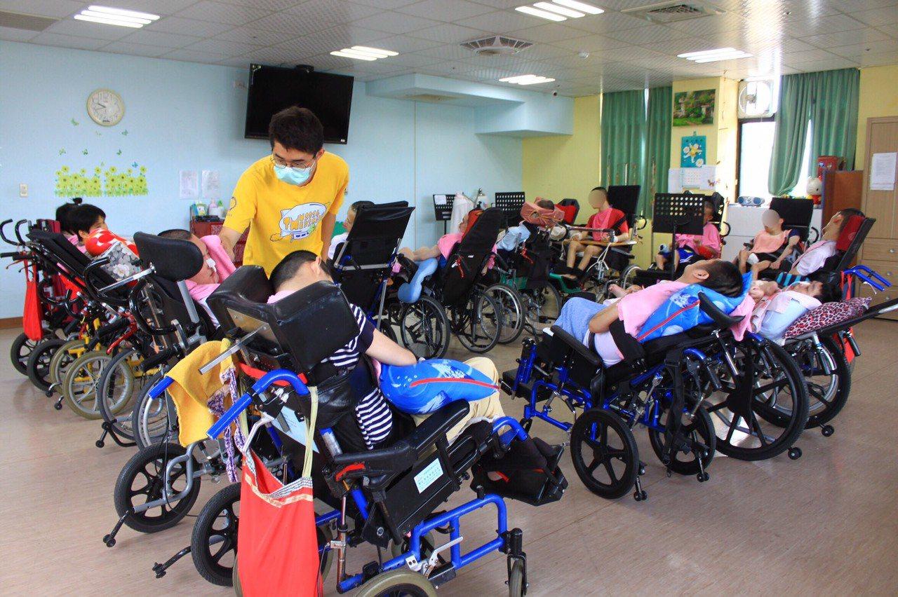 新竹縣世光教養院是重殘養護機構,他們從年輕時就坐在特製輪椅上,老化後,部分院生身...