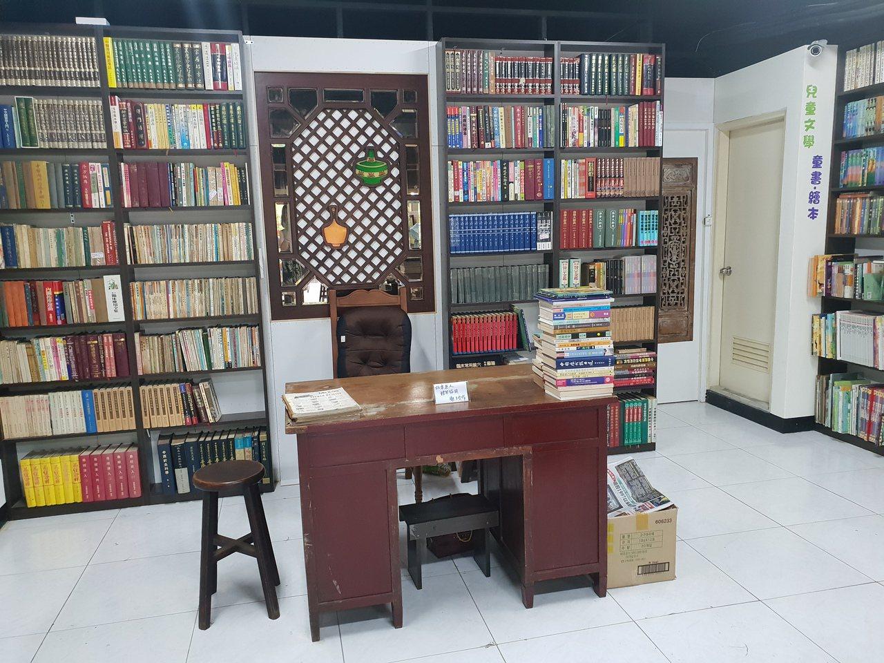 無人書店有一張典雅的書桌,但沒有店主坐在上面。記者陳宛茜/攝影