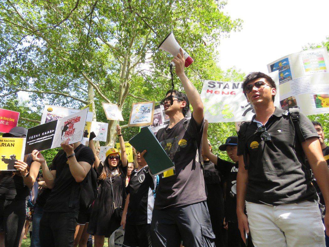 聲援香港「反送中」的華府民眾18日聚集在白宮前拉法葉廣場集會。華盛頓記者張加/攝...