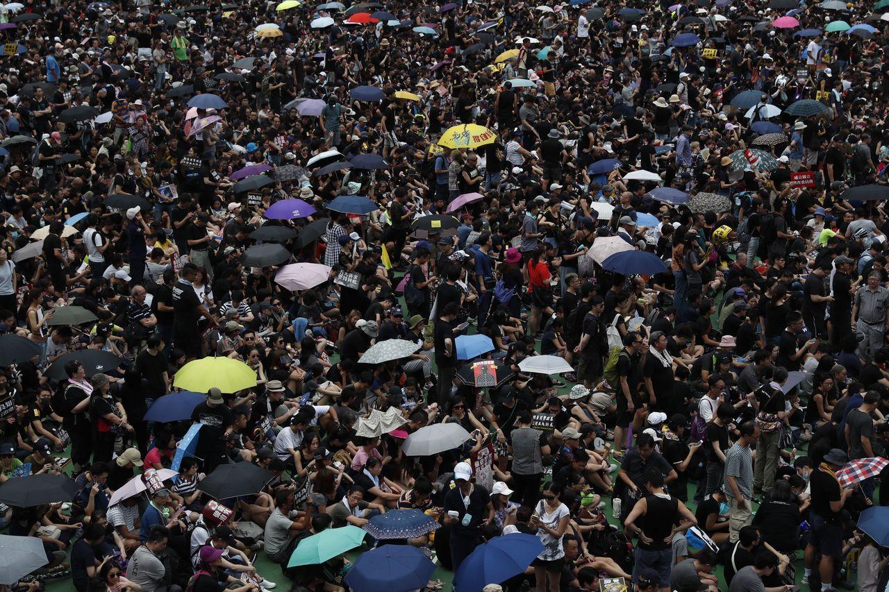 香港民眾昨天在維多利亞公園和平表達民主訴求。歐新社