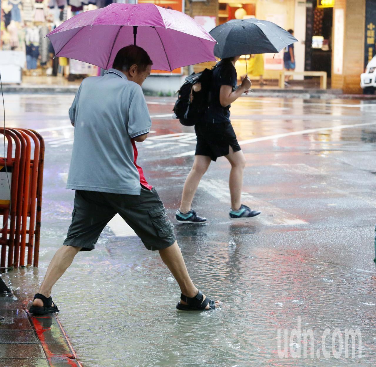 中央氣象局指出,今天西南風稍減弱,但台灣處於低壓帶內,大氣環境不穩定,各地都有大...