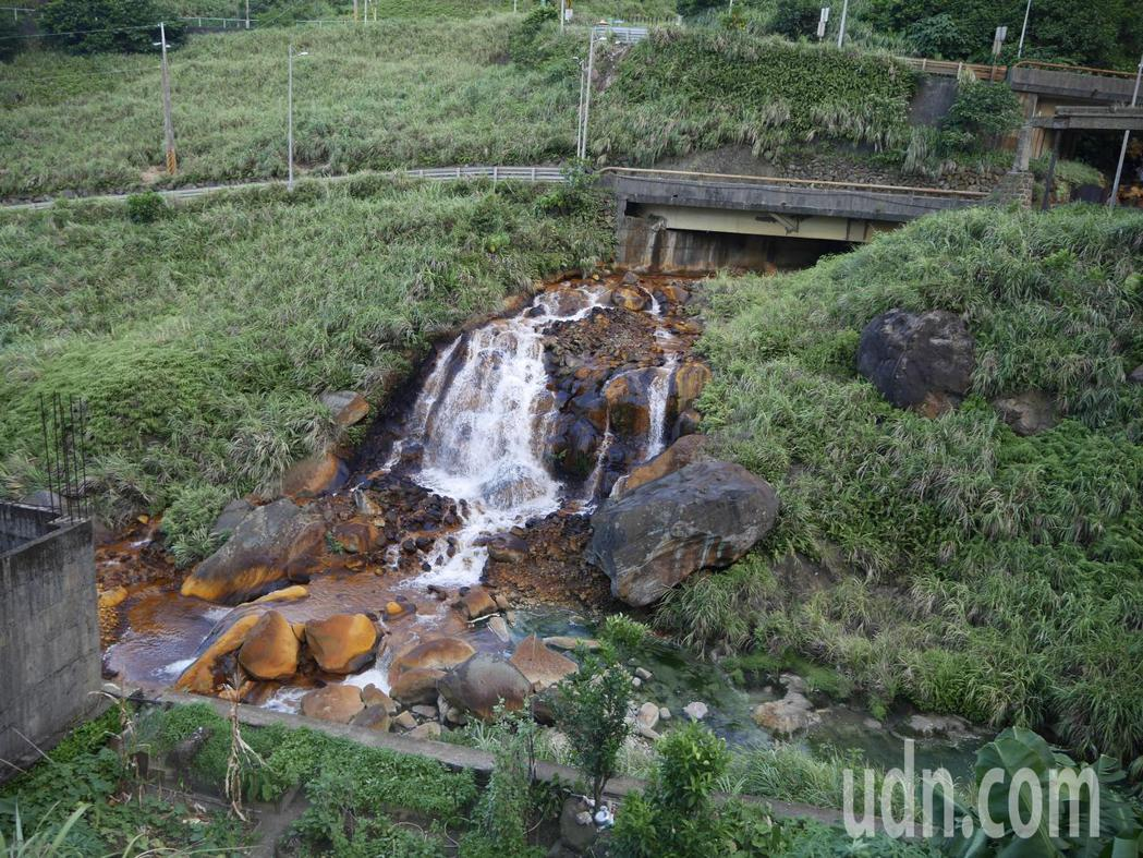 金瓜石山上有很多黃鐵礦,風化後會溶入水中,黃金瀑布和附近的小河流就是氧化鐵造成,...