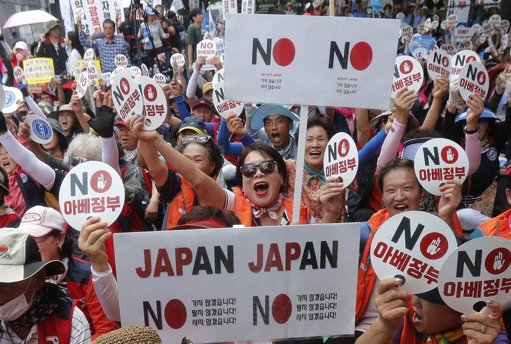南韓民眾13日上街抗議日本對南韓的貿易限制。  美聯社