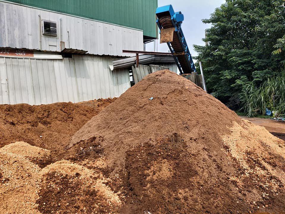 台灣因栽培各種茹類每年產生大量太空包,台中農改場加工製造成木黴菌加肥料,讓太空包...
