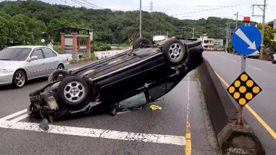 苗栗市至公路新川里連續彎道附近,今天發生轎車撞中央護欄翻覆車禍。記者范榮達/翻攝