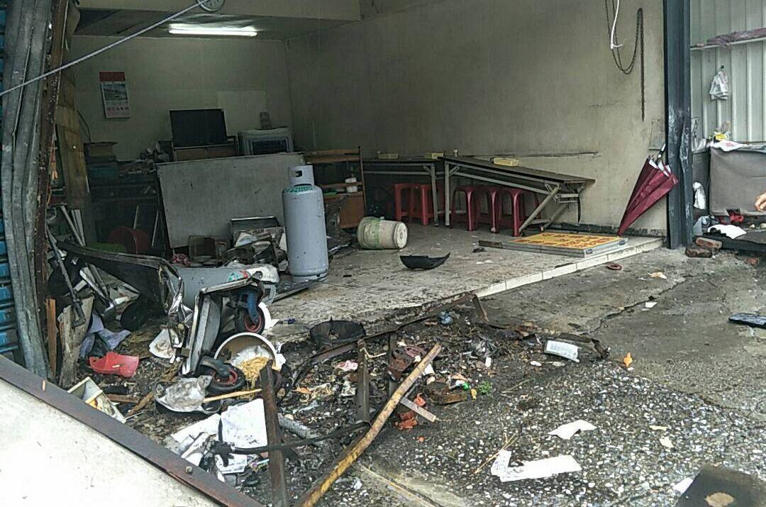 麵攤煮食攤車被撞爛,一度造成瓦斯外洩。記者林昭彰/翻攝