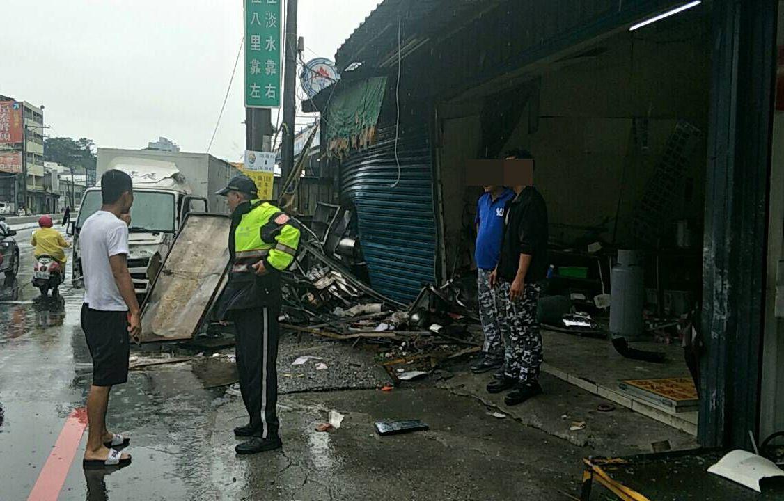 貨車疑因天雨路滑失控衝進麵攤,警方趕抵現場處理。記者林昭彰/翻攝