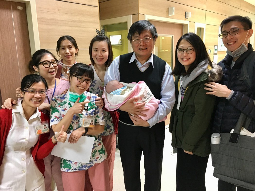 牟小姐接受長庚醫療團手術和照護,成功換肝也順利生產,圖為夫妻(右兩位)和長庚團隊...