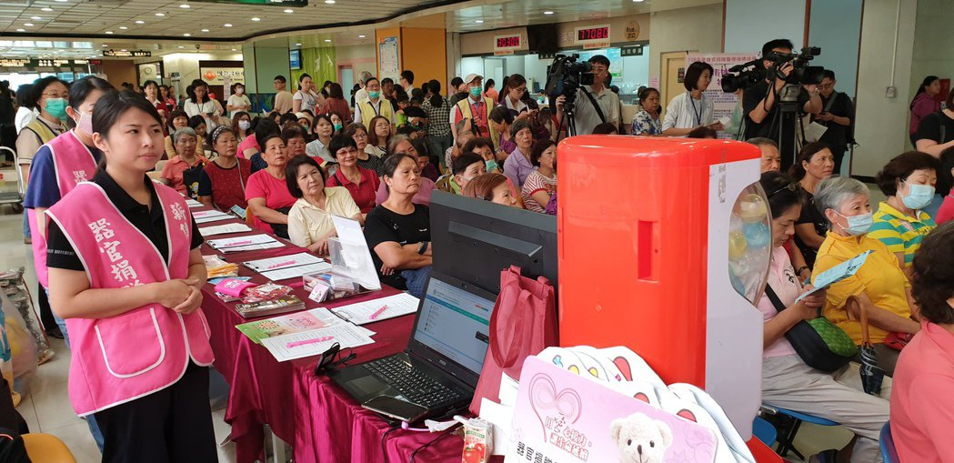許多民眾到場了解「器官捐贈」、「病人自主權利法」及「安寧緩和醫療」。記者鄭國樑/