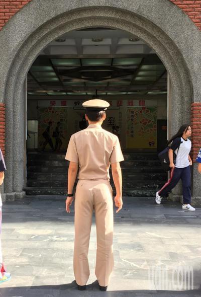 教官預計在民國112年全面退出校園,目前由教官授課的全民國防教育,必須轉由合格教...