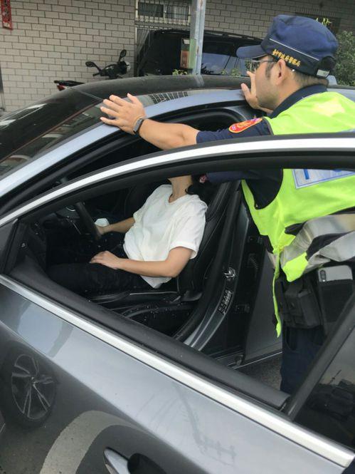 台中大甲警分局員警協助婦人,她開車途中頭暈,員警上前關心時,被她吐了一身。圖/警...