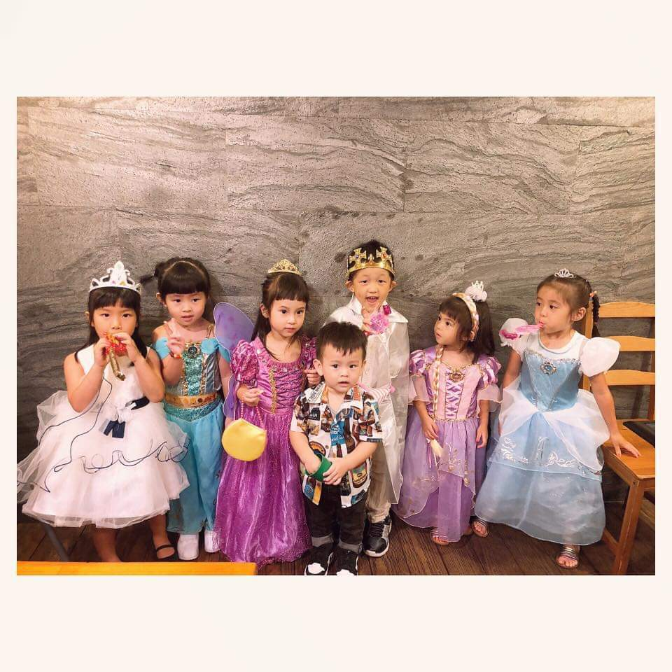 Mia(左三)與咘咘(右起)、Bo妞等好友共度生日。圖/摘自臉書